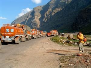 strada della morte - camion in attesa